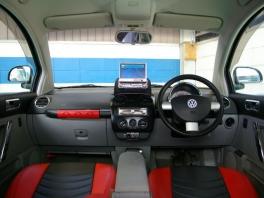 フォルクスワーゲン ニュー ビートル  HDDナビ搭載 黒/赤レザーシートカバー 内部