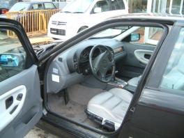 BMW 3シリーズ セダン  320i 内部